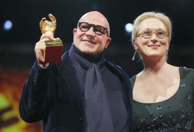 Reżyser Gianfranco Rosi i przewodnicząca jury Meryl Streep po wręczeniu nagrody na Berlinale 2016.